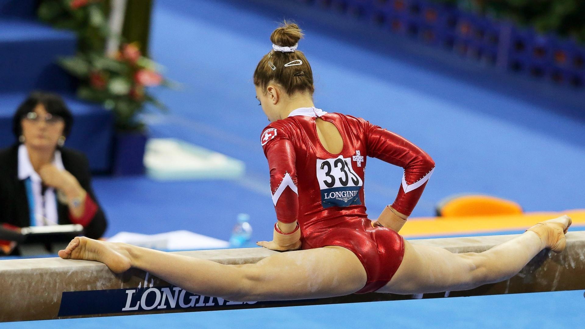 Ilaria Kaeslin, da Suíça, se estica toda em seu exercício na trave