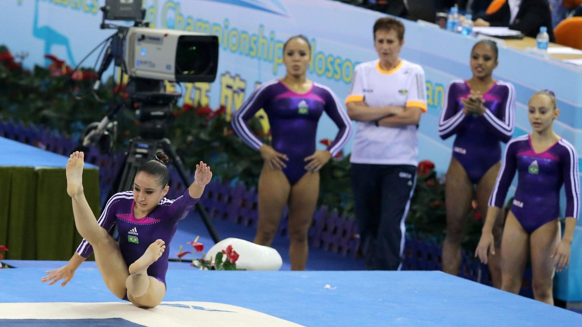 Julie Sinmon faz a sua apresentação no solo. Brasileira obteve 12,133 pontos