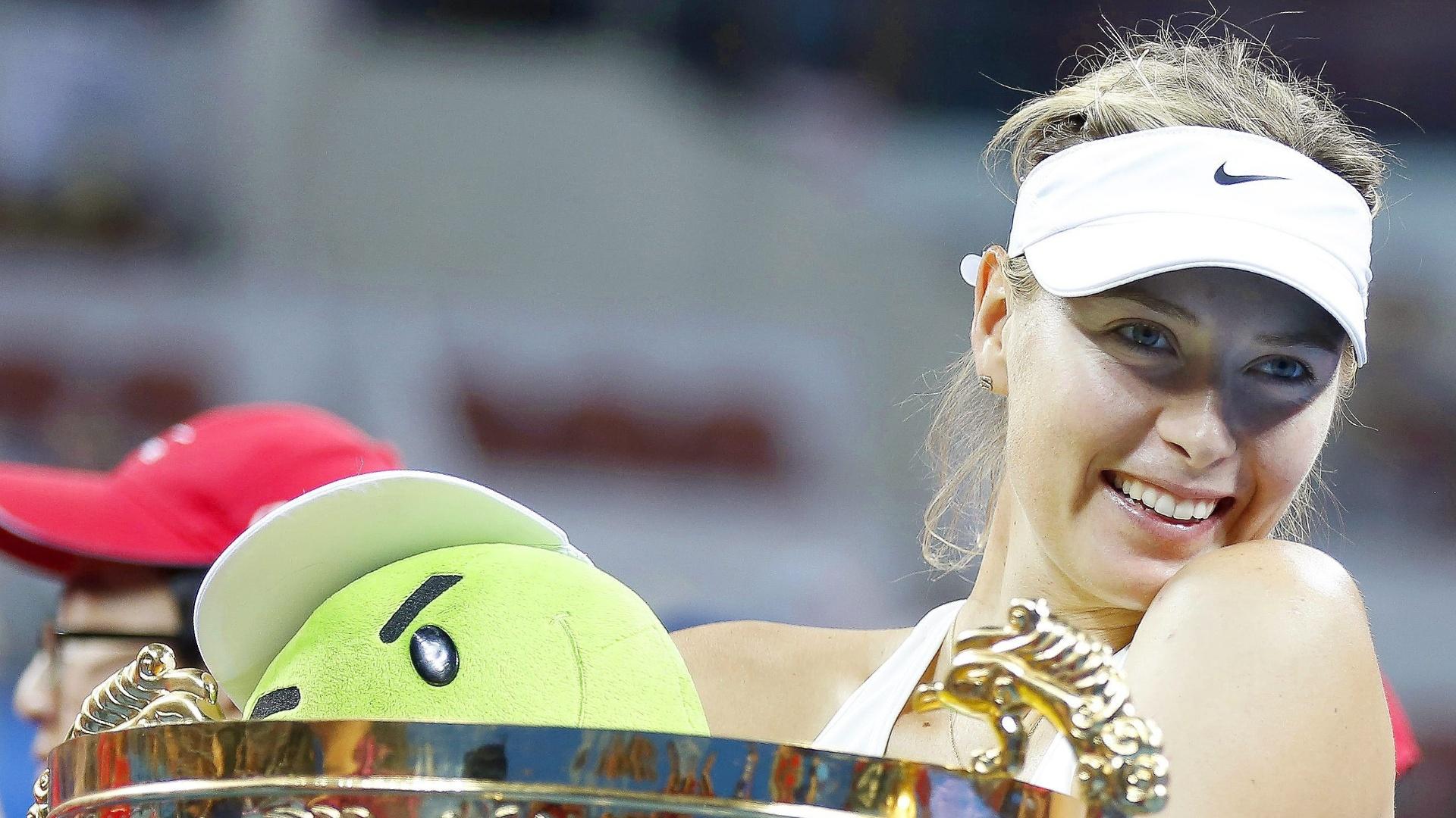 Sharapova sorri após receber taça do WTA da China