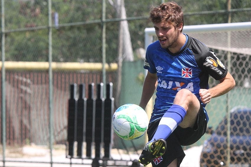 Uruguaio Maxi Rodríguez domina a bola durante treinamento do Vasco