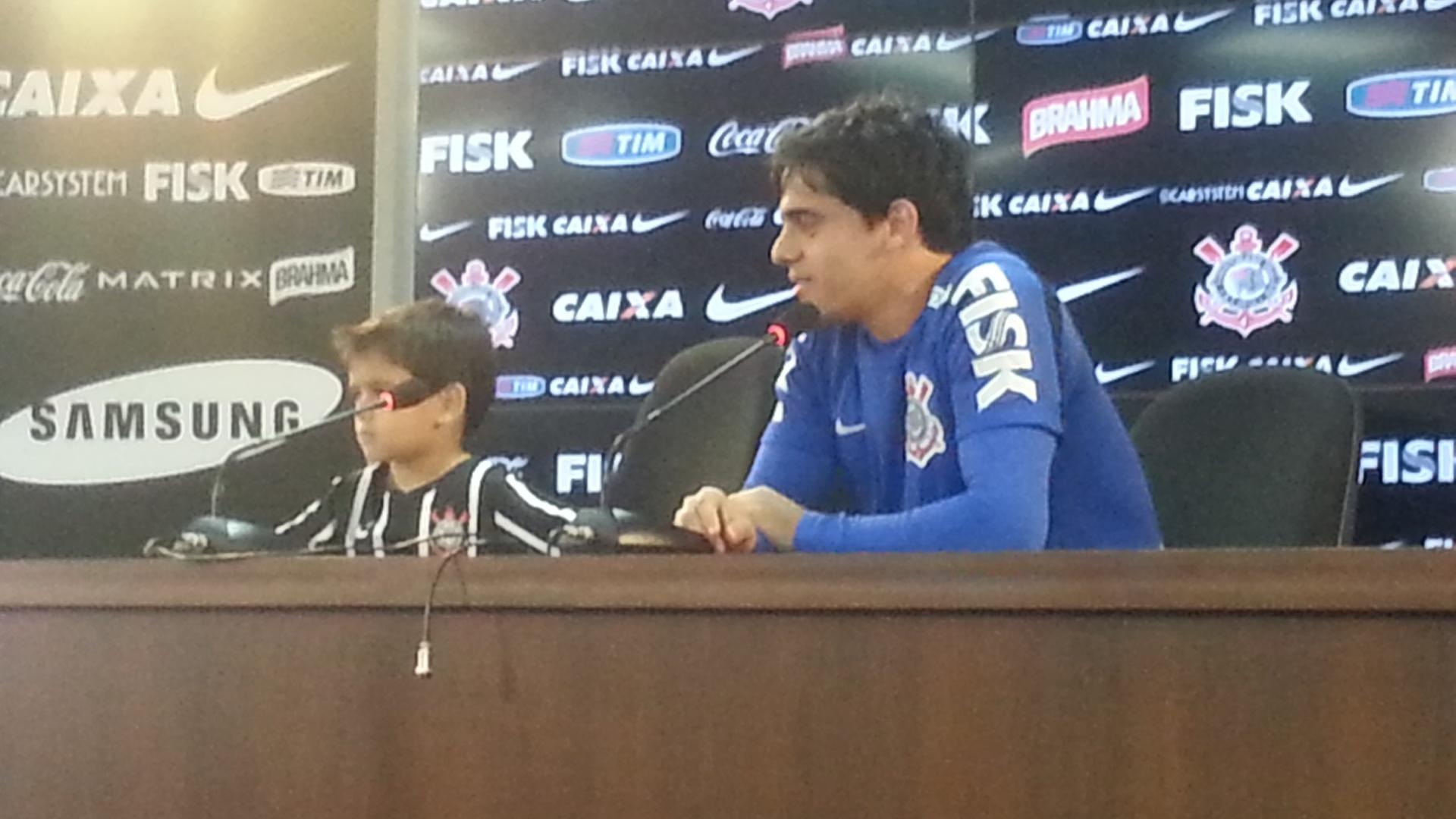 06. out. 2014 - Filho de Fagner visita do CT do Corinthians e dá entrevista com o pai