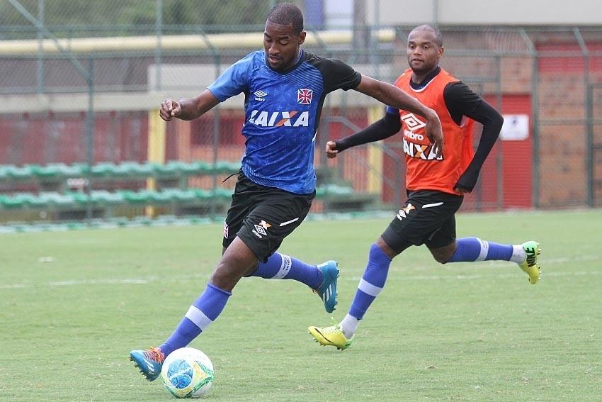 Edmilson se desvencilha de Anderson Salles em treino do Vasco no CFZ