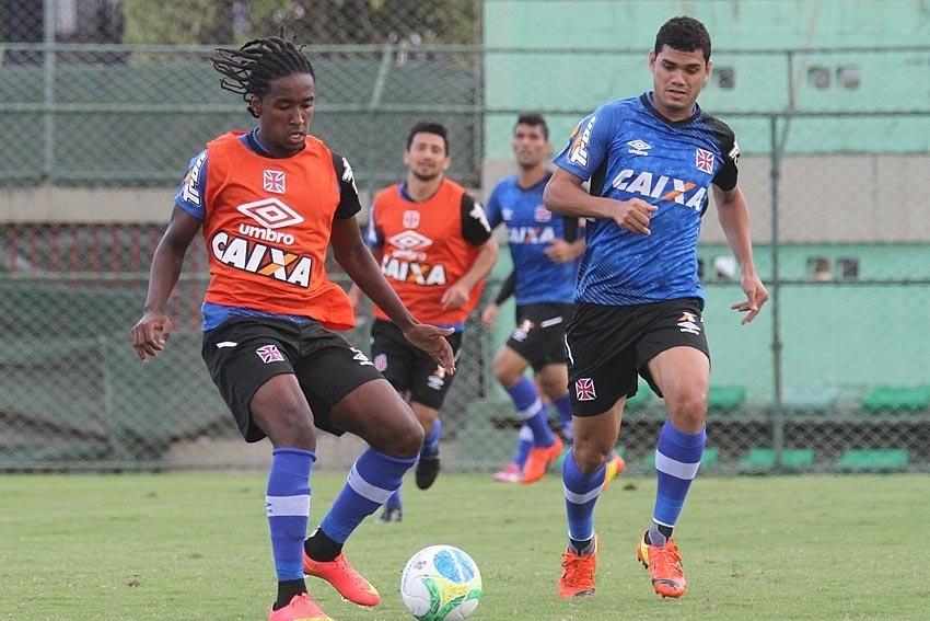 Guilherme Biteco (esq) e Dakson (dir) disputam bola no CFZ