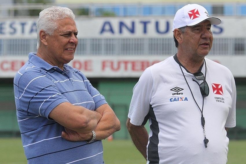 Roberto Dinamite (esq) e Joel Santana (dir) conversam em treino do Vasco no CFZ