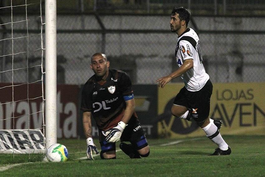 Douglas comemora gol do Vasco sobre a Portuguesa no Canindé