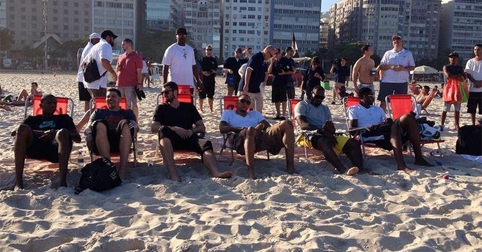 08 out. 2014 - Lebron James e companheiros de Miami Heat tomam sol nas areais da praia de Copacabana