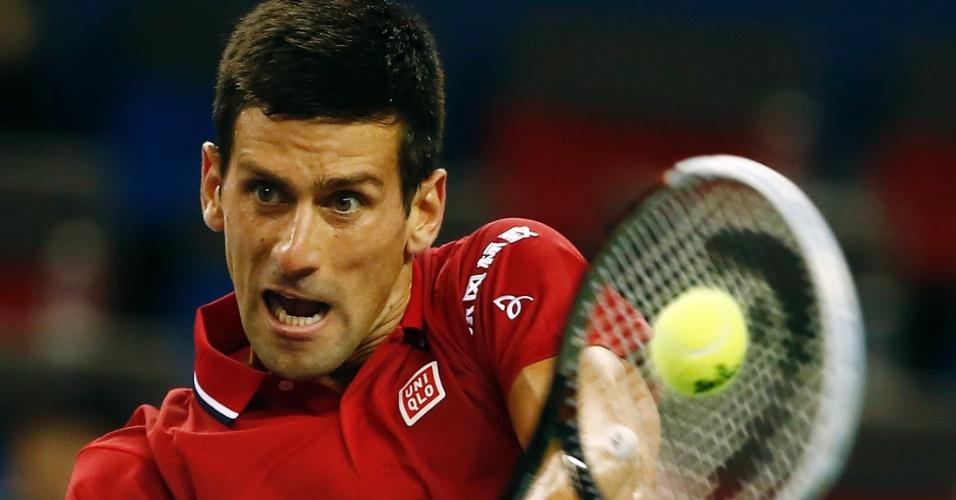 08.out.2014 - Novak Djokovic faz devolução na partida contra Dominic Thiem pelo Masters 1000 de Xangai
