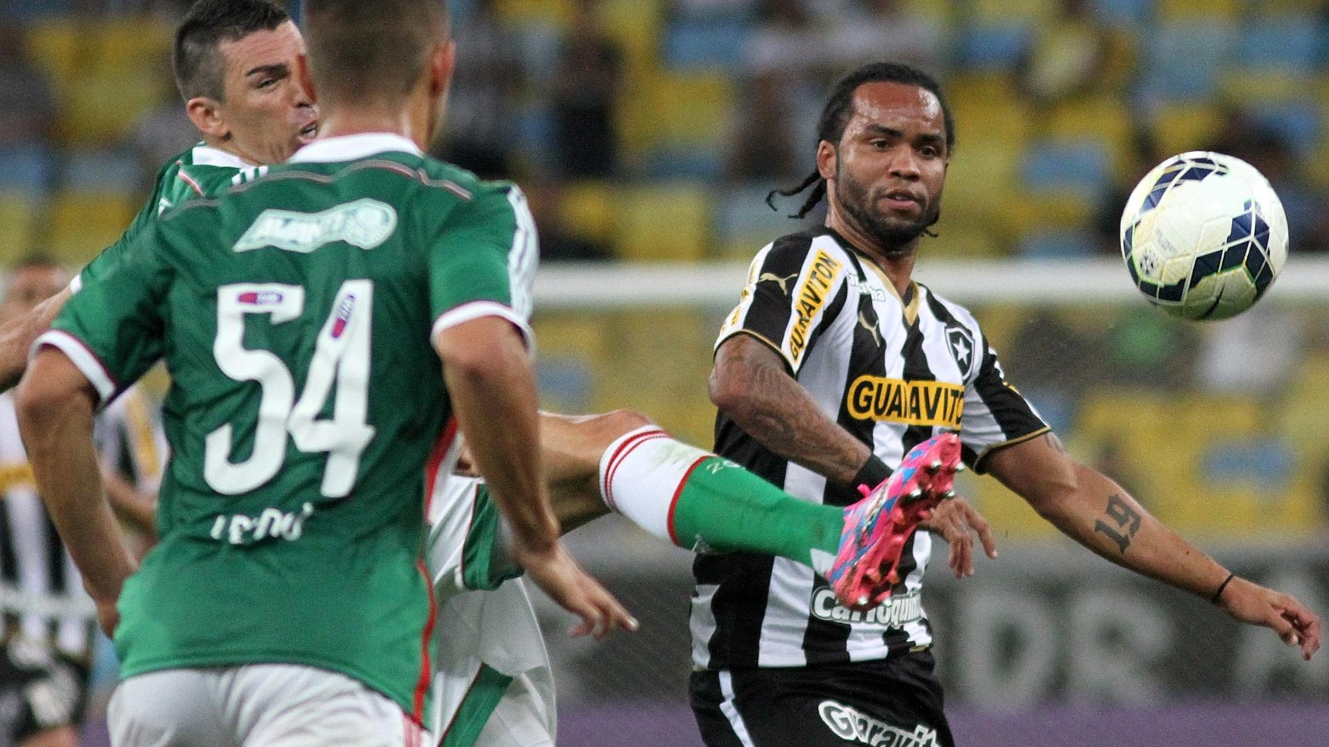 Carlos Alberto divide bola no meio-campo