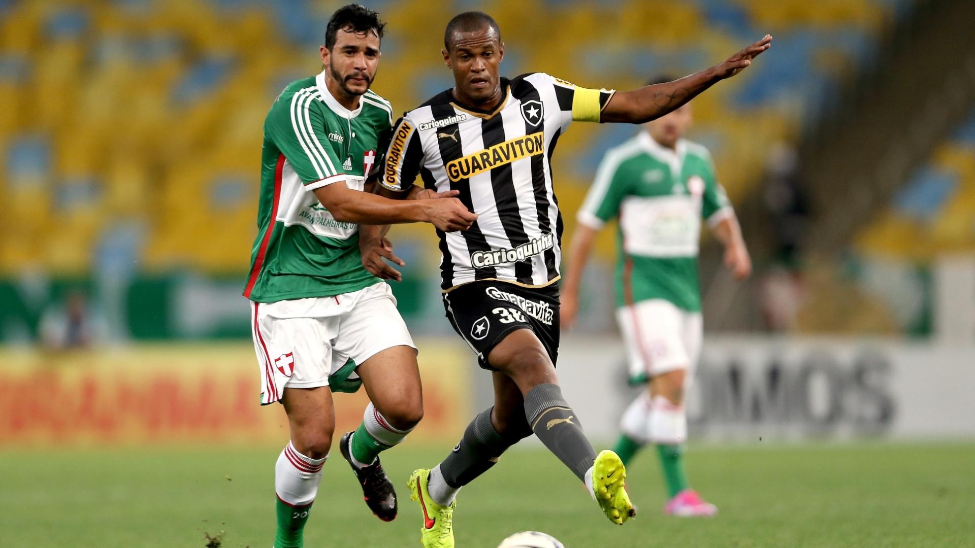 Henrique, do Palmeiras, disputa bola com Airton