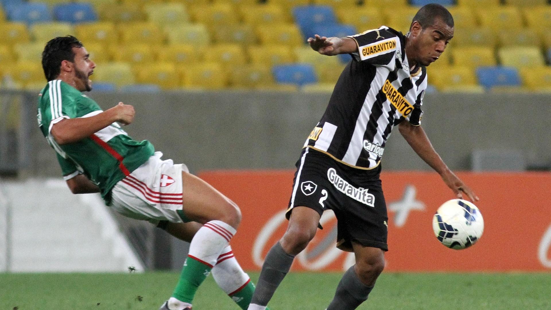 Henrique, do Palmeiras, leva a pior contra a marcação de Régis