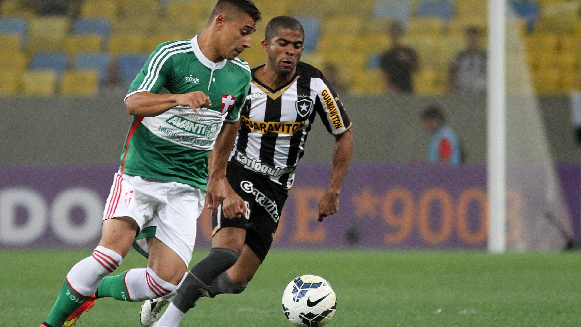 Junior Cesar tenta recuperar bola para o Botafogo contra o Palmeiras