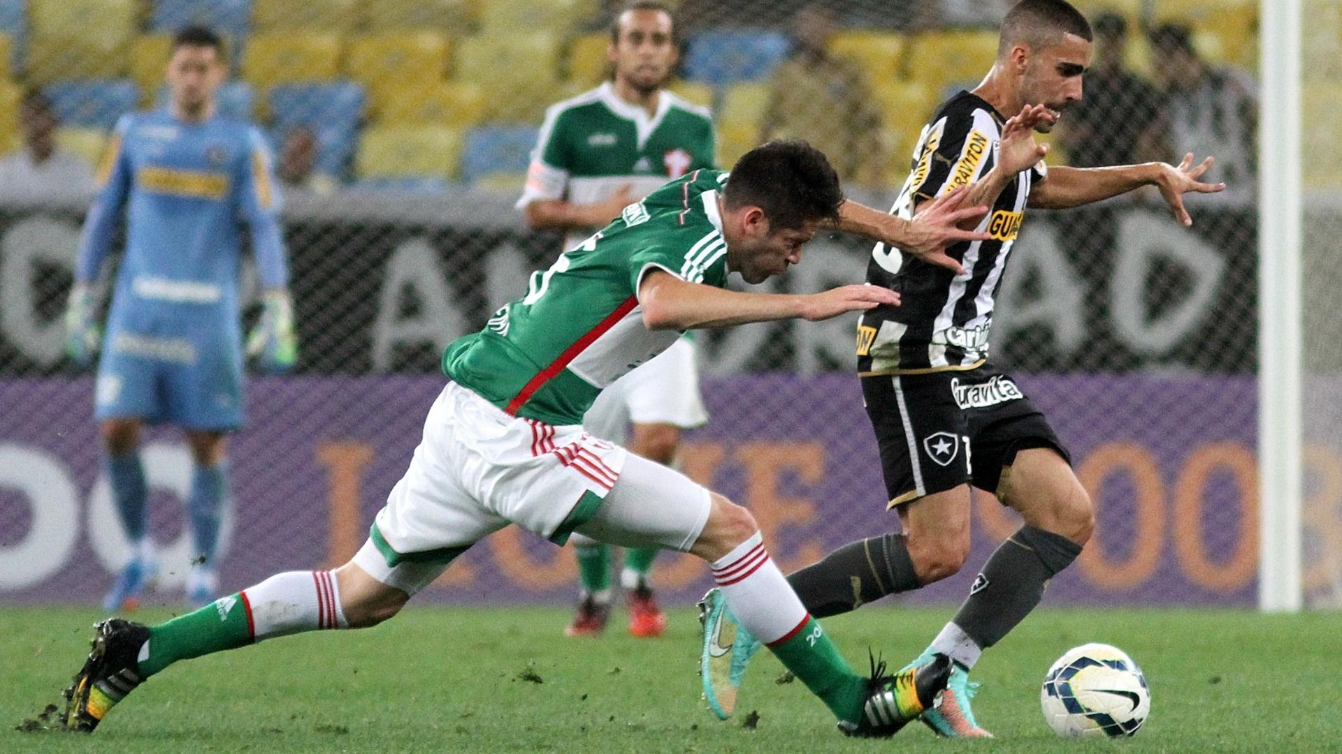Marcelo Oliveira, do Palmeiras, tenta roubar a bola de Gabriel, do Botafogo