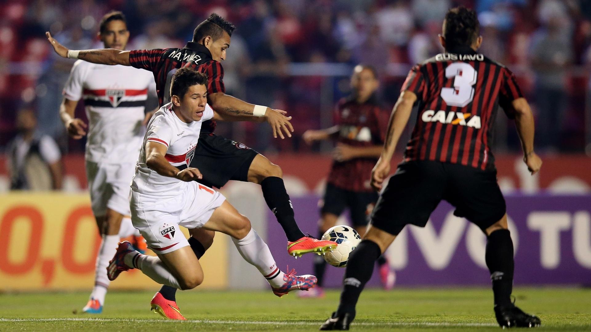 Natanael, do Atlético-PR, tenta desarmar Osvaldo, do São Paulo