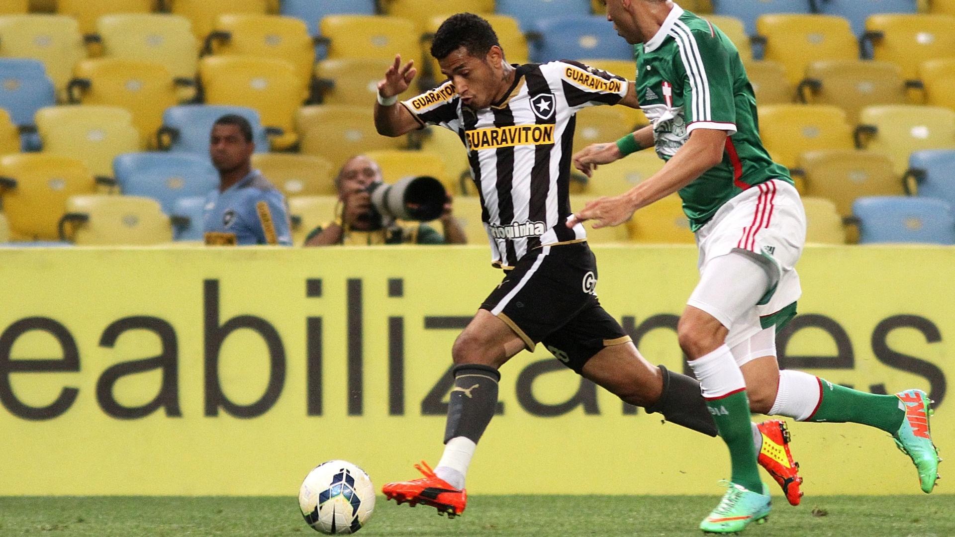 Rogério tenta escapar da marcação palmeirense em partida do Campeonato Brasileiro