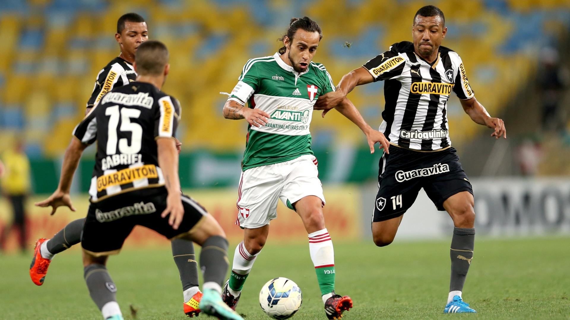 Valdivia corre entre a marcação do Botafogo no Maracanã