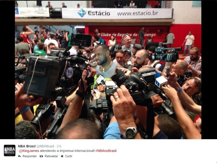 09. out. 2014 - LeBron James fala com a imprensa após treinamento no Rio
