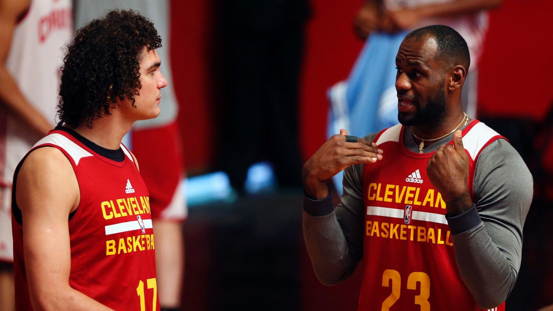 09 out. 2014 - Próximos em passagem dos Cavaliers pelo Rio de Janeiro, LeBron James e Anderson Varejão conversam durante treino