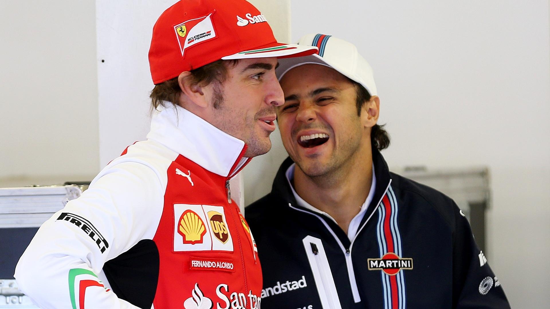 Fernando Alonso e Felipe Massa conversam nos boxes em Silverstone. Os dois trabalharam juntos na Ferrari de 2010 a 2013
