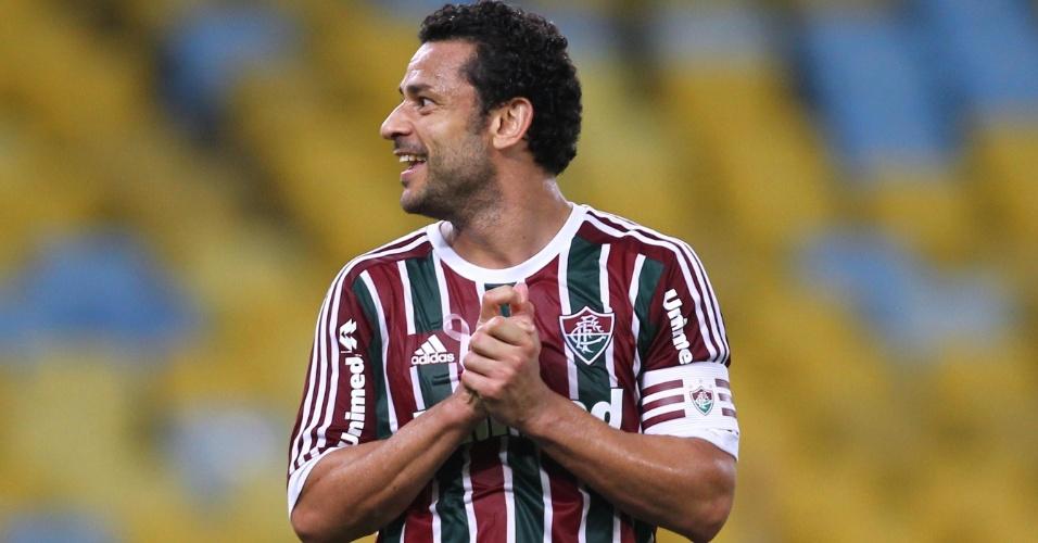 Fred observa companheiros após jogada do Fluminense