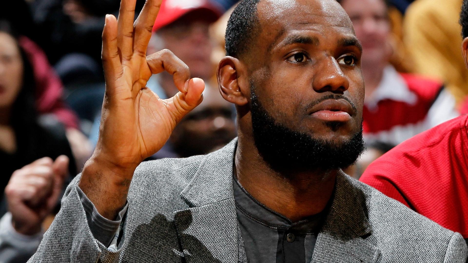 LeBron James comemora bola de três de companheiros durante jogo da NBA