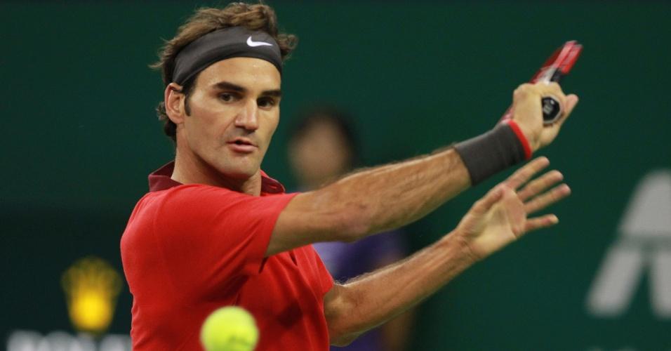 Roger Federer busca devolução durante jogo contra Agut no Masters de Xangai