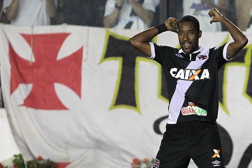 Edmílson comemora com a torcida após marcar contra Boa Esporte