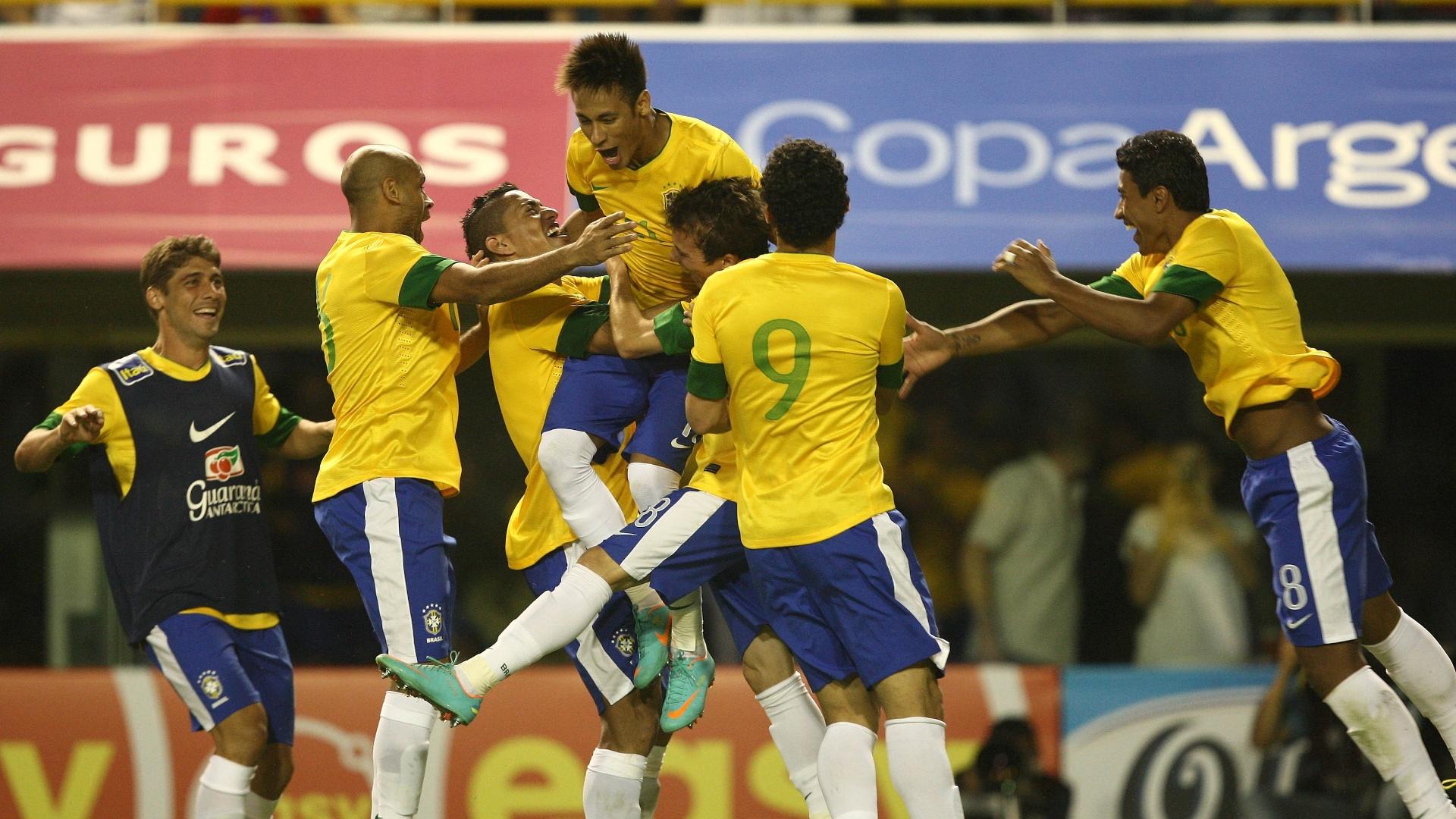 Fellype Gabriel está de colete azul na comemoração com Neymar na partida da seleção contra a Argentina, em 2012. Fellype Gabriel atuava no Botafogo quando recebeu chamado de Mano Menezes