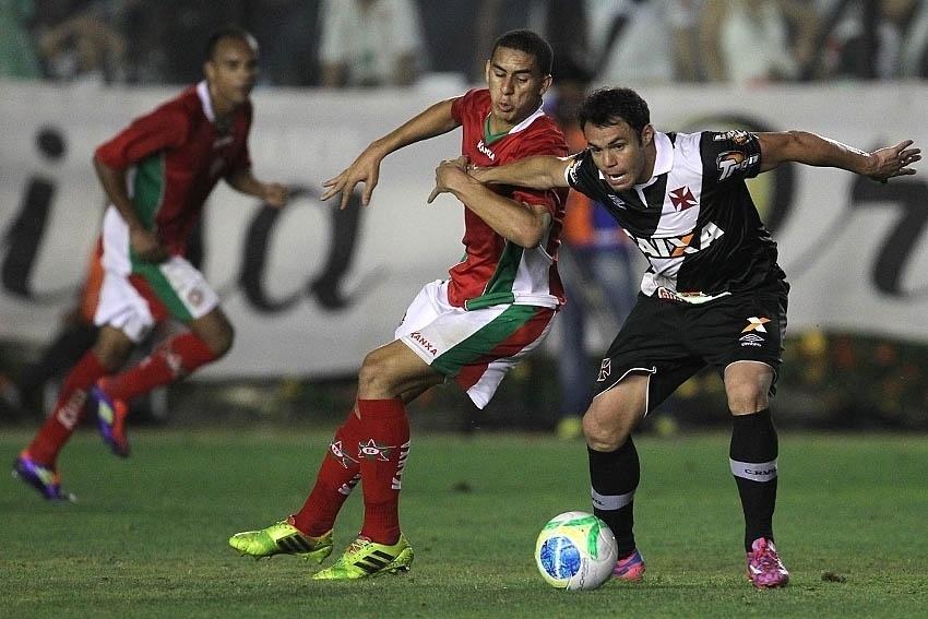 Kleber briga pela bola durante partida do Vasco contra o Boa Esporte