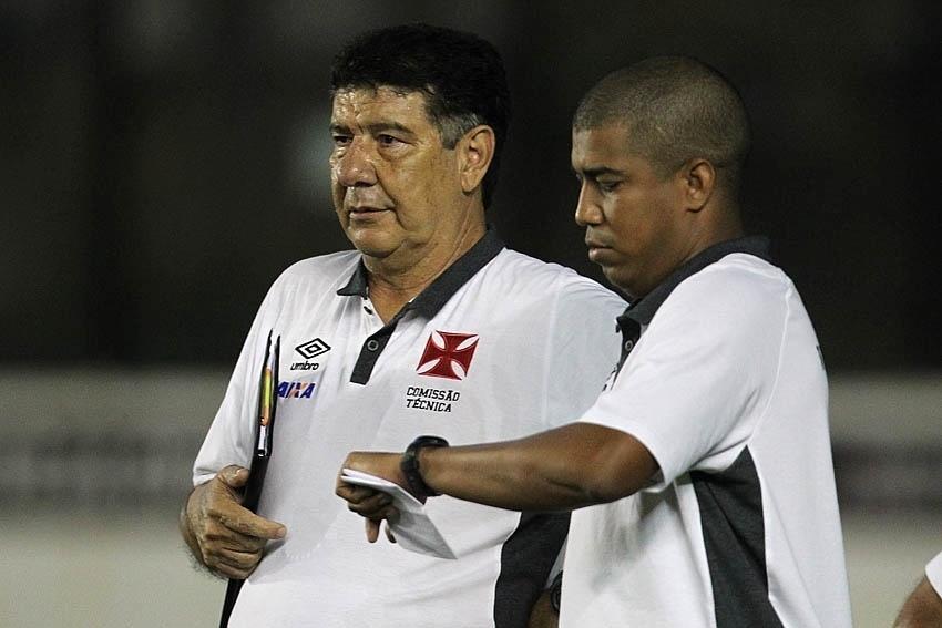 Sempre com sua prancheta, Joel Santana observa a partida do Vasco contra o Boa Esporte