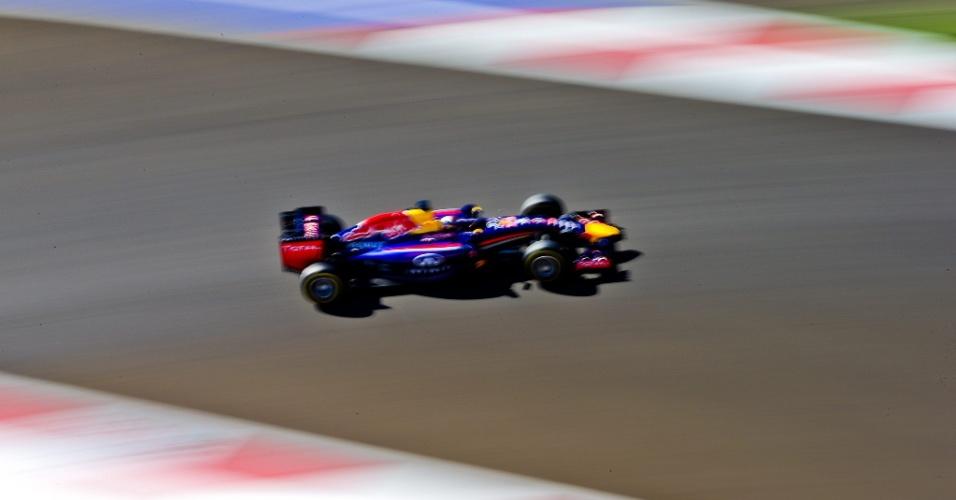 11.out.2014 - Sebastian Vettel acelera sua Red Bull pelo circuito de Sochi durante o treino de classificação para o GP da Rússia