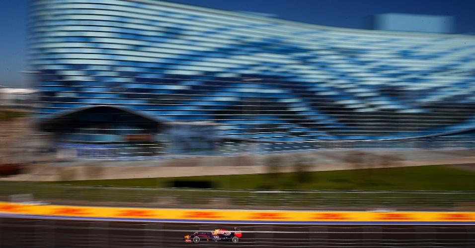11.out.2014 - Sebastian Vettel pilota sua Red Bull pelo circuito de Sochi durante o treino de classificação para o GP da Rússia
