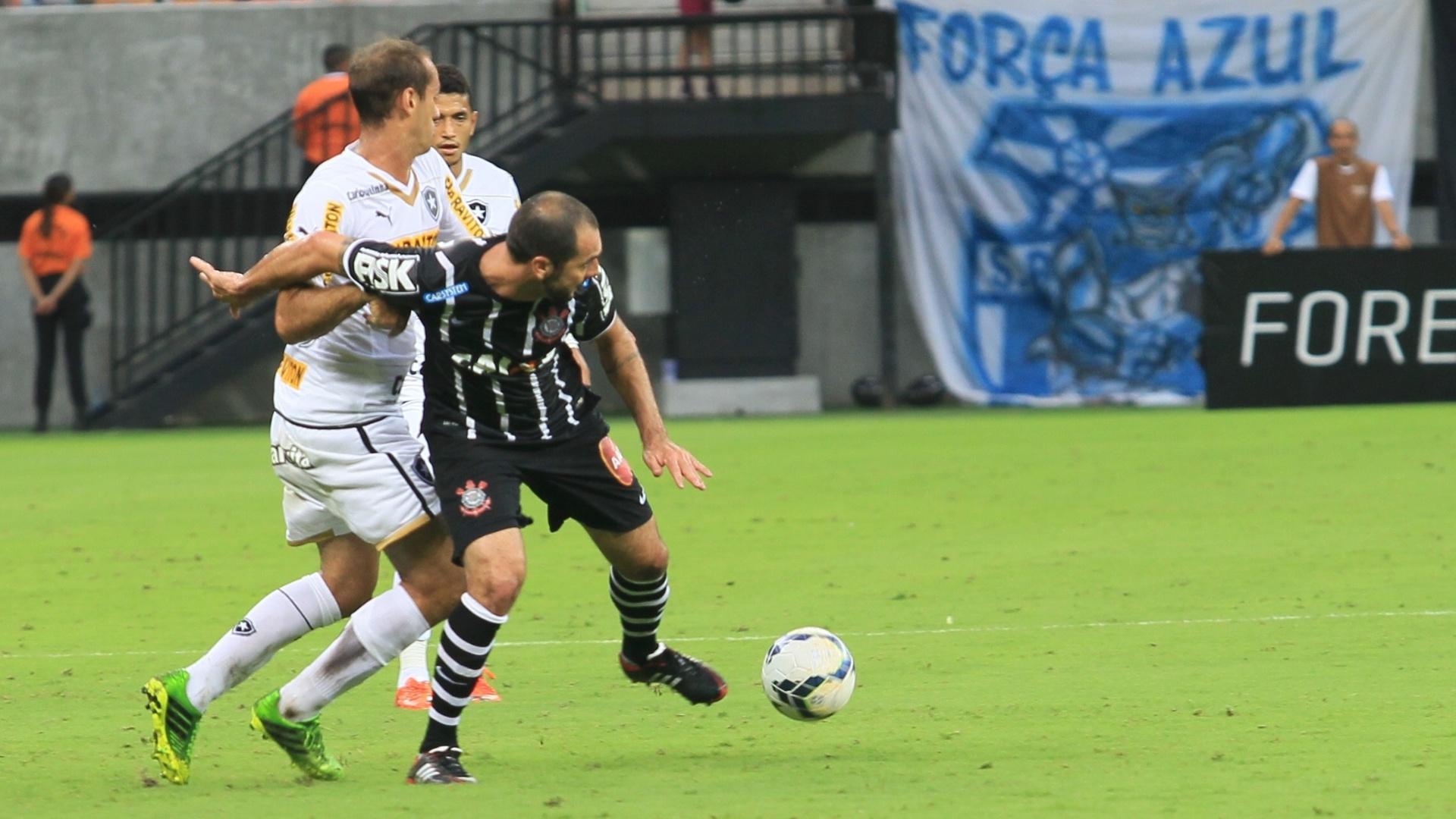 Danilo tenta escapar da marcação do Botafogo na Arena Amazônia