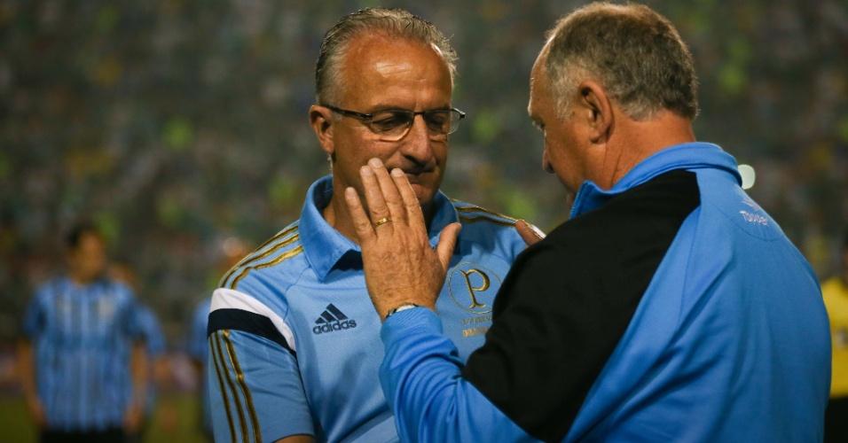 Dorival Junior e Luiz Felipe Scolari, técnicos de Palmeiras e Grêmio, se cumprimentam antes de partida no Pacaembu