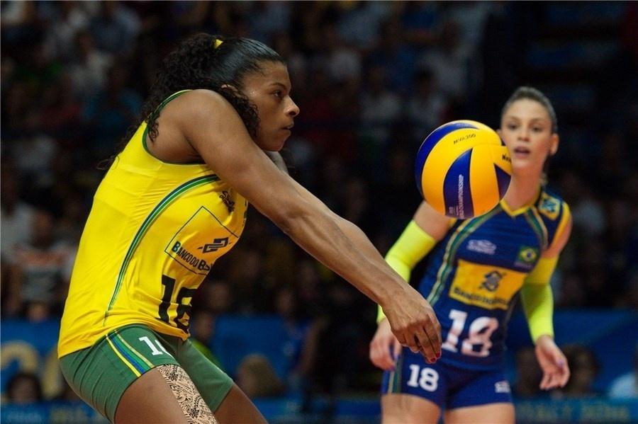 Fernanda Garay recebe bola na semifinal do Mundial feminino