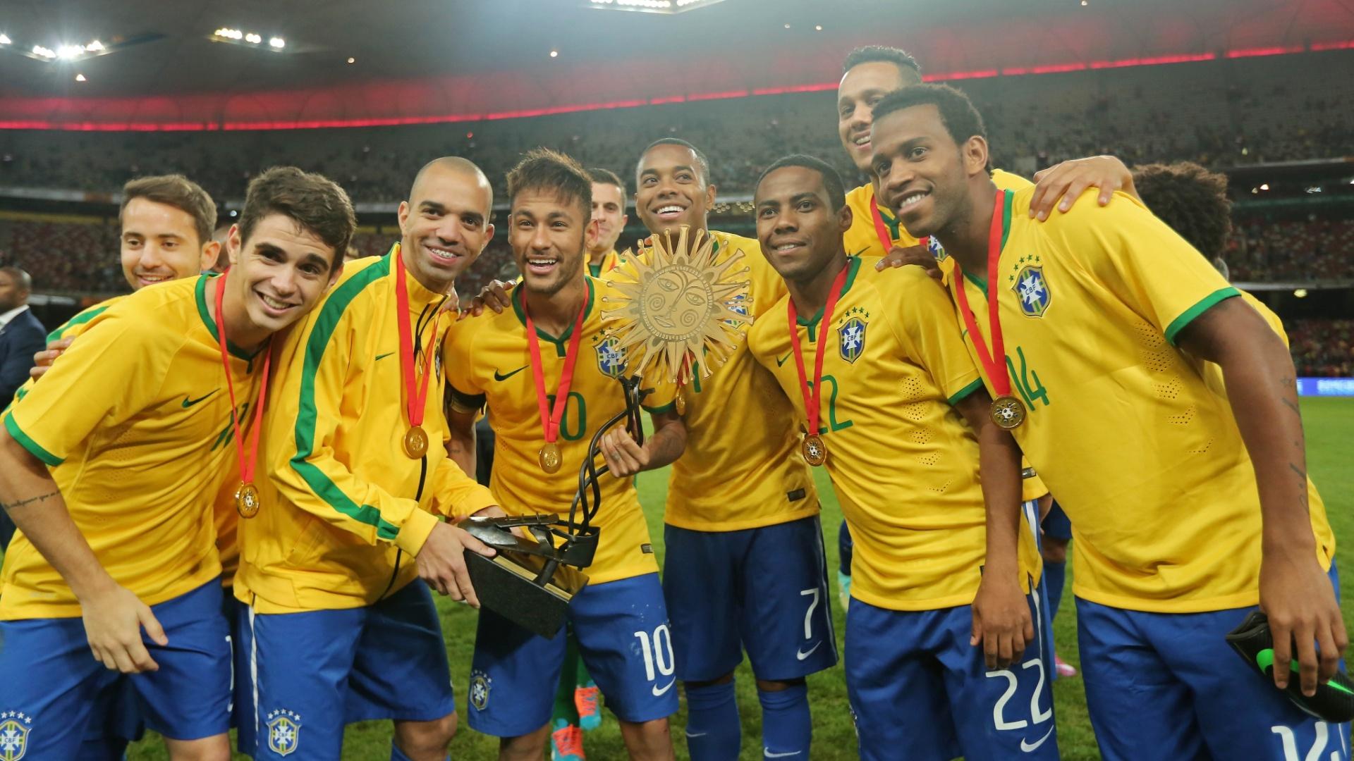 Jogadores da seleção, com Neymar ao centro posam para fotos com o troféu do Superclássico das Américas, conquistado após a vitória por 2 a 0 sobre a Argentina em Pequim
