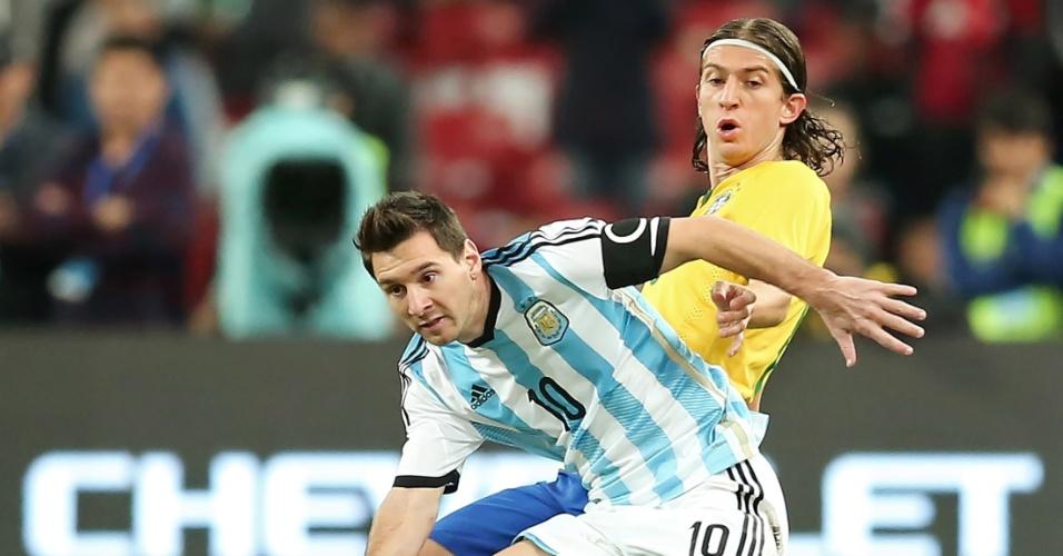 Messi, craque da Argentina, sofre com a marcação de Filipe Luís, lateral da seleção brasileira, durante amistoso na China