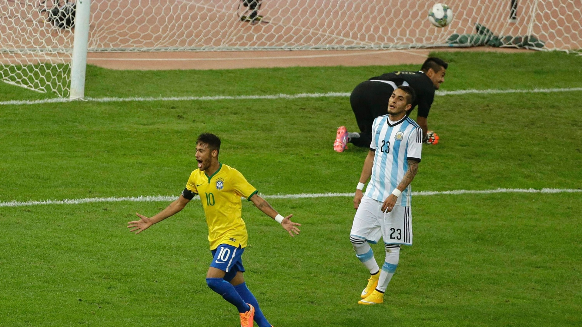 Neymar, craque da seleção brasileira, comemora gol marcado por Diego Tardelli contra a Argentina, no Superclássico das Américas, disputado na China