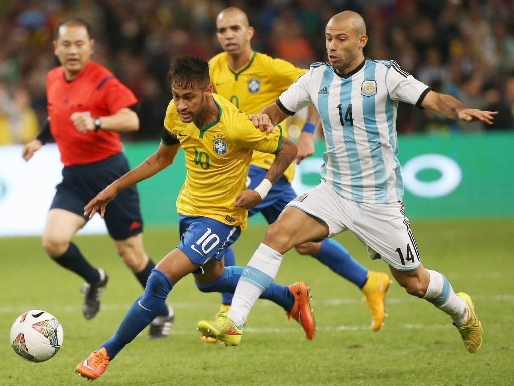 Neymar escapa de marcação de Mascherano na vitória da seleção em Pequim
