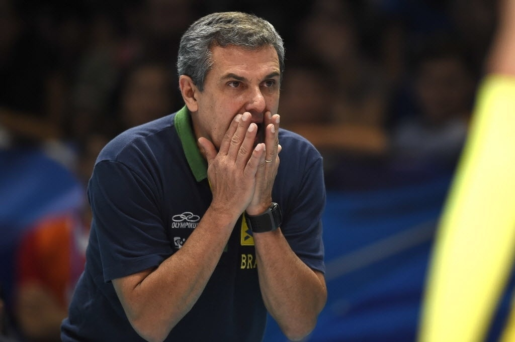 Zé Roberto gesticula durante a partida pela semifinal do Mundial de Vôlei