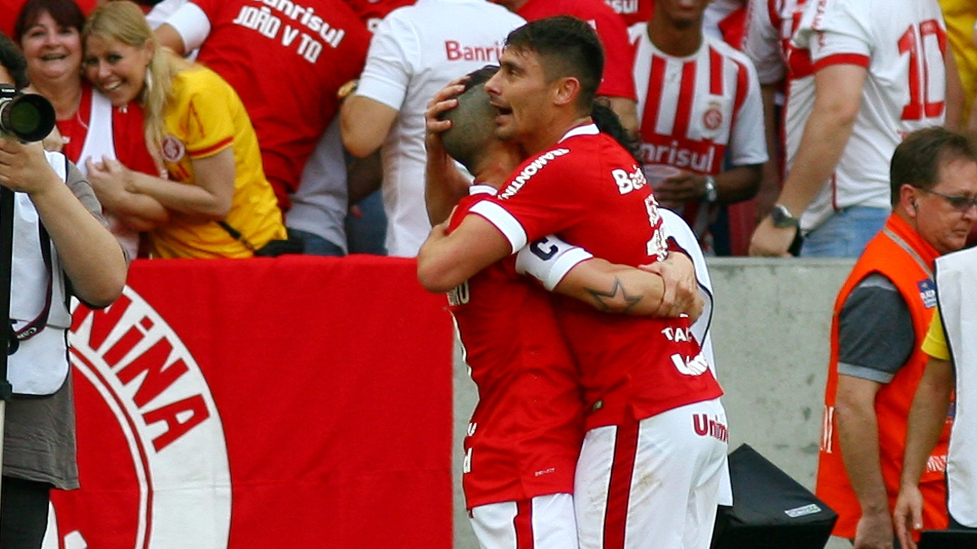 Alex abraça D'Alessandro após marcar contra o Fluminense
