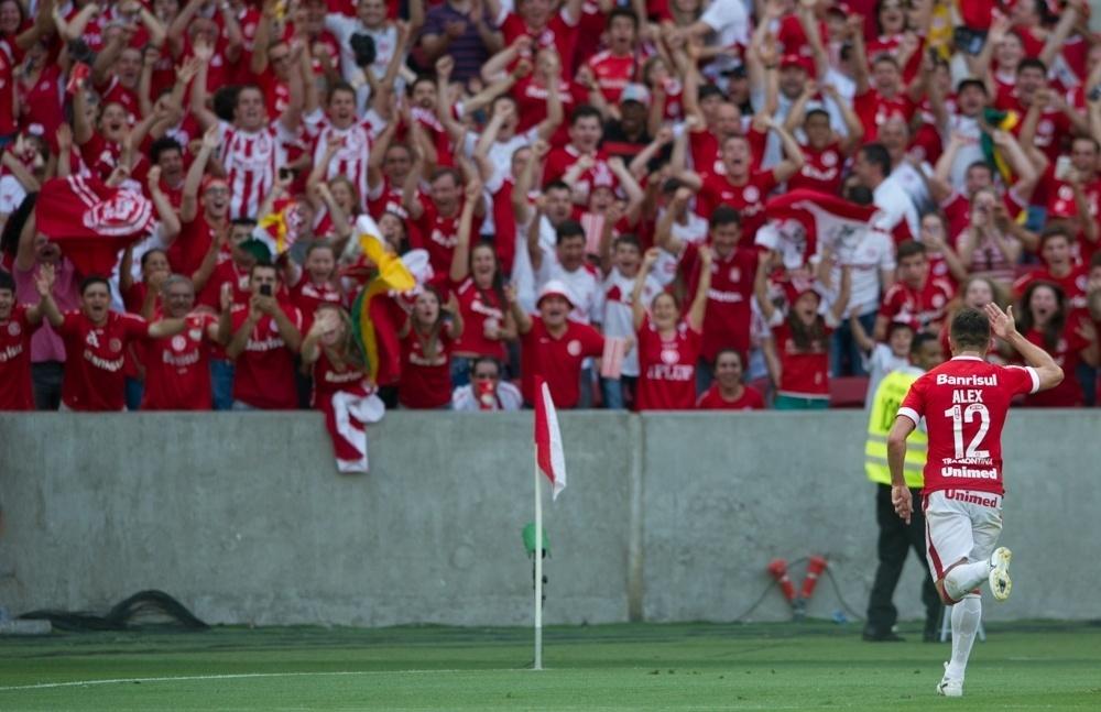 Alex comemora gol do Inter no Beira-Rio
