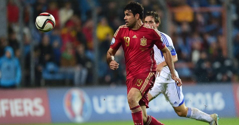 Diego Costa, atacante da Espanha, briga pela bola no confronto com Luxemburgo, pelas Eliminatórias da Euro
