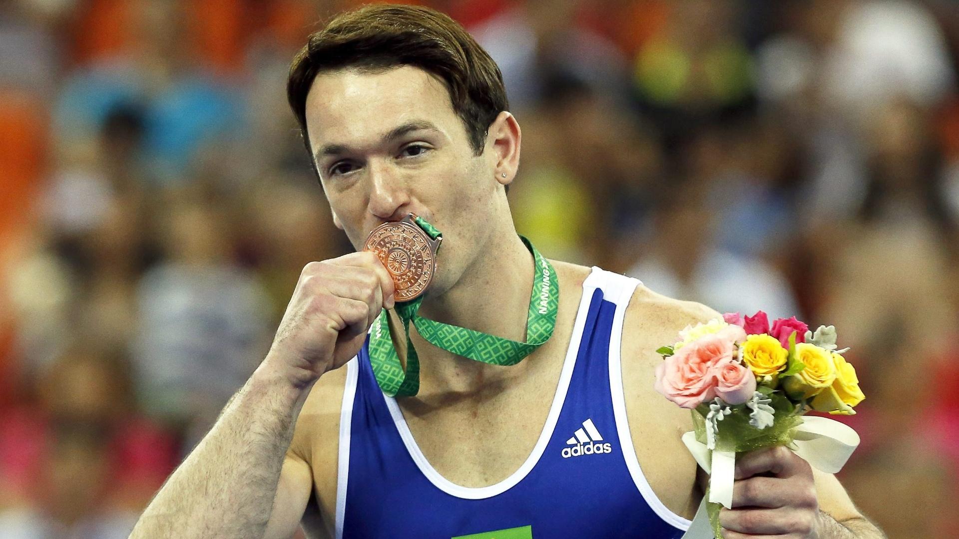Diego Hypolito, ginasta brasileiro, comemora a conquista da medalha de bronze no solo no Mundial de Ginástica Artística, disputado em Nanning, na China