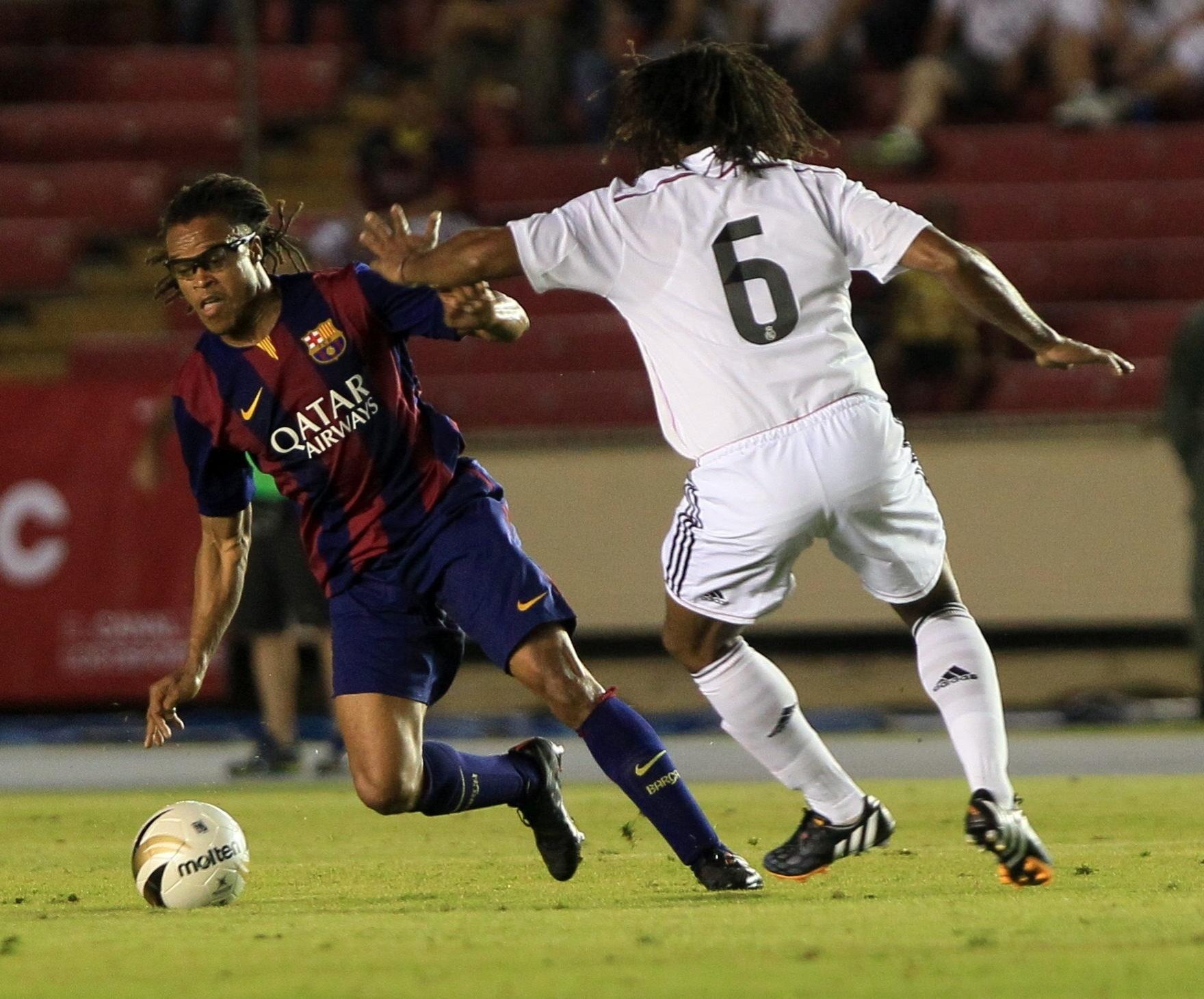 Edgar Davids, ex-volante do Barcelona, disputa a bola com Christian Karembeu, volante ex-Real Madrid, durante uma partida de veteranos no Panamá