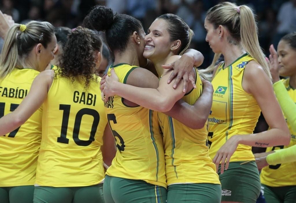 Jogadoras da seleção brasileira comemoram conquista da medalha de bronze no Mundial de Vôlei, na Itália
