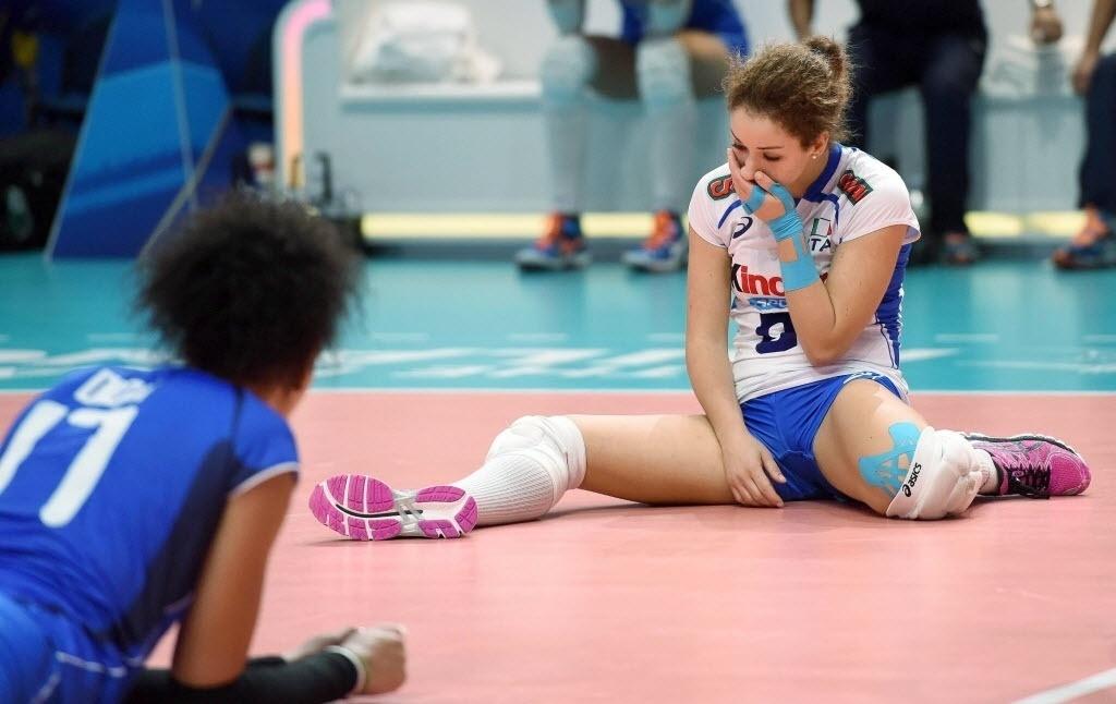 Jogadoras italianas lamentam derrota na disputa de terceiro lugar no Mundial de Vôlei. Elas perderam para o Brasil em casa e diante da própria torcida