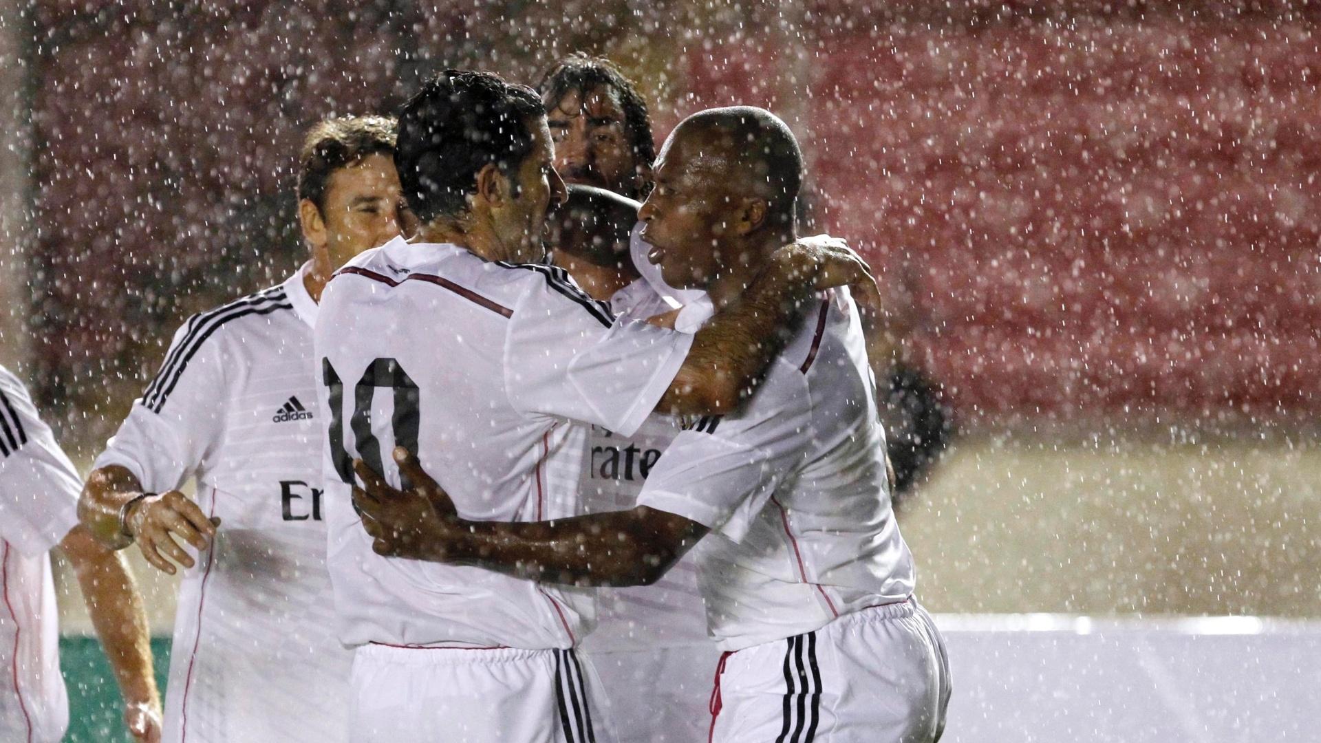 Jogadores veteranos do Real Madrid comemoram gol marcado no amistoso contra ex-atletas do Barcelona, realizado no Panamá
