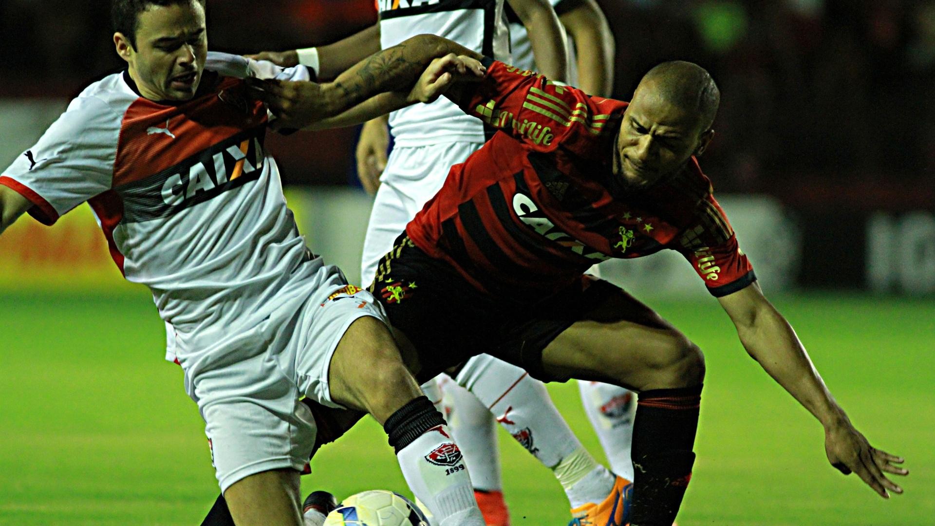 Juan, do Vitória, e Patric, do Sport, disputam bola em partida do Brasileiro