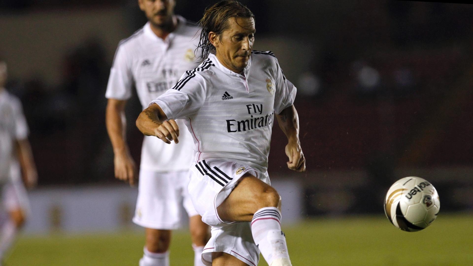 Michel Salgado, ex-jogador do Real Madrid, trabalha a bola no jogo de veteranos de Real e Barcelona, realizado no Panamá