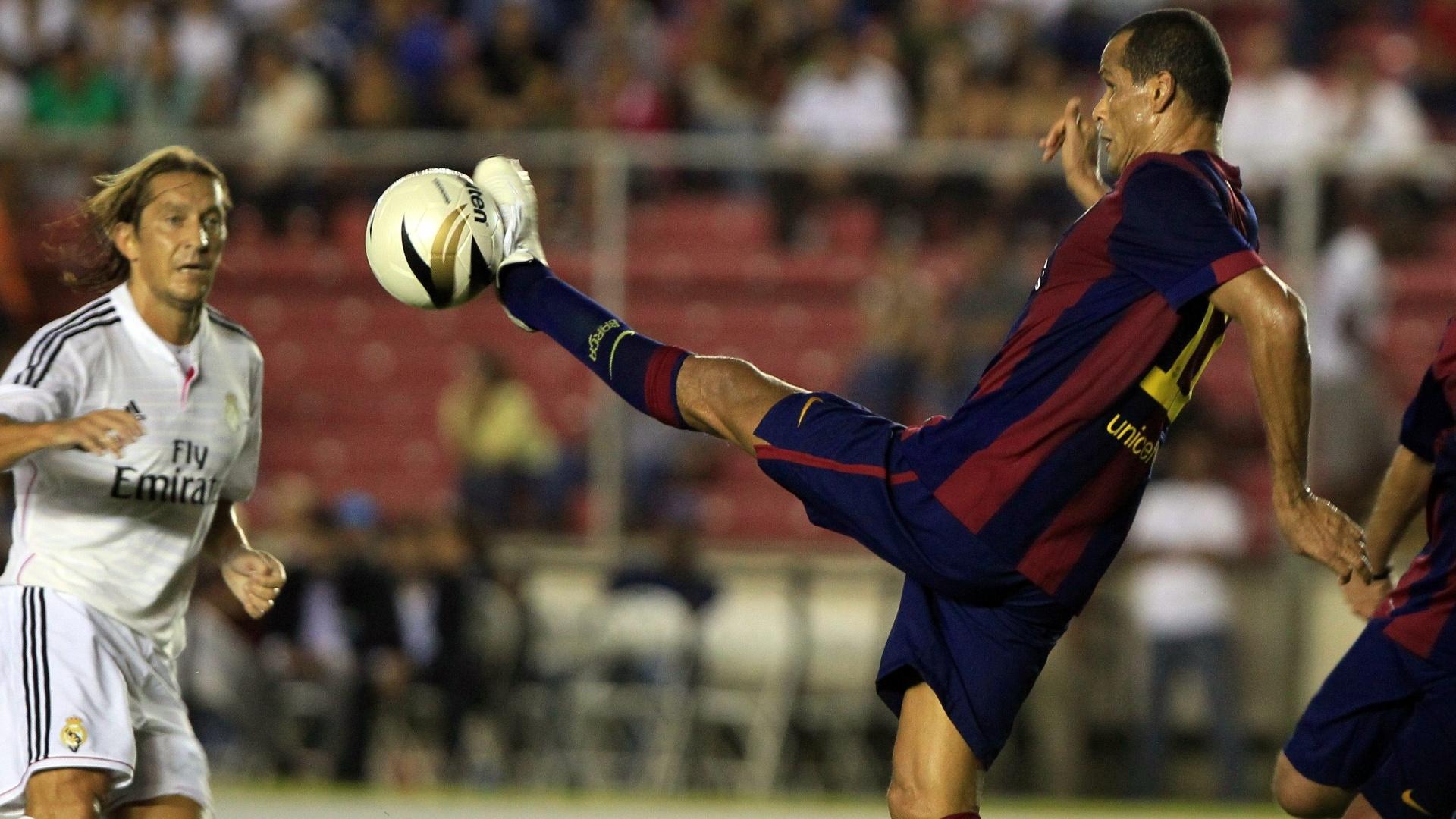 Rivaldo tenta dominar a bola no amistoso entre veteranos de Real Madrid e Barcelona, realizado no Panamá